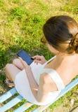 有smartphone的妇女 图库摄影