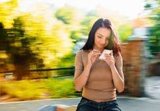 有smartphone的妇女 免版税图库摄影