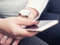 有smartphone的妇女 免版税库存照片