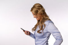 有smartphone的微笑的妇女 图库摄影