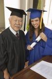 有Smiling教务长的女性毕业生 库存图片