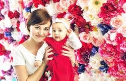 有smling的俏丽的母亲,逗人喜爱的婴孩 图库摄影