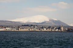 从menai海峡的Caernarfon 图库摄影