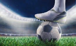 有soccerball的足球运动员在体育场准备好世界杯 库存图片