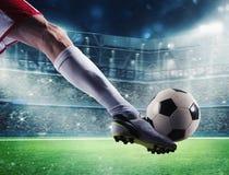 有soccerball的足球运动员在体育场准备好比赛 免版税库存图片