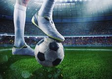有soccerball的足球运动员在体育场准备好比赛 图库摄影