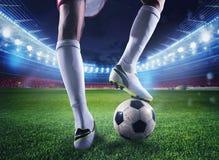 有soccerball的足球运动员在体育场准备好比赛 免版税库存照片