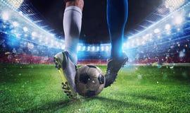 有soccerball的足球运动员在比赛期间的体育场 图库摄影