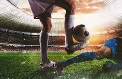有soccerball的足球运动员在比赛期间的体育场 免版税库存图片