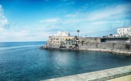 有Soccorso教会的海全景在坐骨海岛的 免版税库存照片