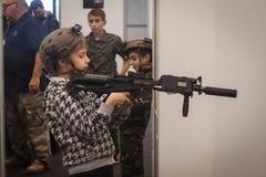 有softair步枪的年轻男孩在Militalia 2013年在米兰,意大利 图库摄影