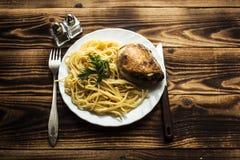 有spagetti和炸鸡大腿的板材 免版税库存图片