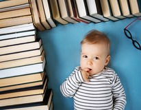 有spectackles和书的一个岁婴孩 免版税库存照片