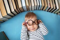 有spectackles和书的一个岁婴孩 免版税图库摄影
