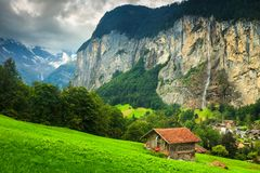 有Staubbach瀑布的令人惊讶的卢达本纳镇在背景,瑞士,欧洲中 免版税库存照片