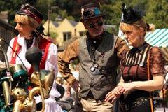 有Steampunk帽子的Hebden桥梁美丽的Steampunk夫人有凝视和Steampunk人的 免版税库存照片
