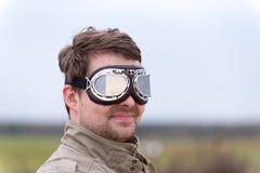 有steampunk飞行员风镜的年轻人 免版税库存图片