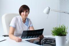 有stethoscop和MRI扫描的医生 免版税库存图片