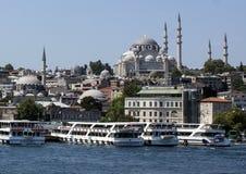 有Suleymaniye清真寺的靠码头的游览小船在背景中 免版税库存图片