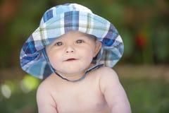 有sunhat的男婴 免版税库存照片