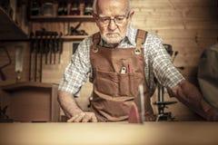 有tablesaw的木匠 图库摄影