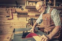 有tablesaw的资深木工 图库摄影