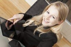 有tabllet个人计算机的微笑的女实业家 库存图片