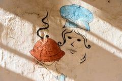 有tagin的被绘的厨师 在墙壁上的街道画在索维拉麦地那  摩洛哥 免版税库存图片