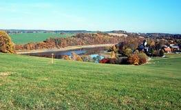 有Talsperre波尔水库和好的风景的Altensalz村庄在普劳恩市附近在Vogtland地区在德国dur 库存照片