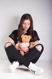 有teddybear的美丽的女孩 库存照片