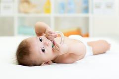 有teether玩具的婴孩 免版税库存照片