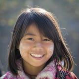 有thanaka的画象女孩在她的微笑面孔 inle湖缅甸 免版税库存照片