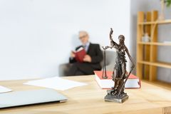 有themis雕象的律师工作场所 库存图片