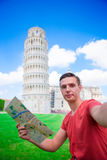 有toristic地图的年轻男孩在旅行向比萨 旅行的游人参观比萨斜塔 库存图片