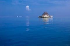 有tourquise的Overwater平房清除在热带islan的水 库存图片