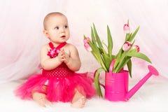 有tullips的美丽的女婴 库存照片