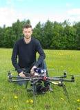 有UAV寄生虫的技术员在公园 免版税图库摄影