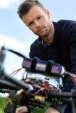 有UAV直升机的工程师 免版税图库摄影