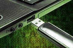 有USB闪光驱动的膝上型计算机反对连续数字矩阵 免版税图库摄影