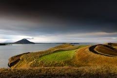 有Vindbelgjarfjall火山的在天际,冰岛湖Myvatn 库存图片