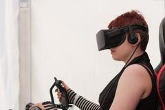 有VR的女孩-玻璃在Animefest打在个人计算机的比赛 库存照片