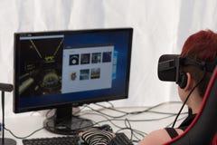 有VR的女孩-玻璃在Animefest打在个人计算机的比赛 库存图片