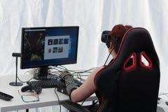有VR的女孩-玻璃在Animefest打在个人计算机的比赛 免版税库存照片
