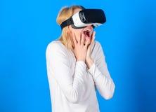 有VR的滑稽的年轻女人 3d技术、虚拟现实、娱乐、网际空间和人概念-愉快年轻 免版税库存图片