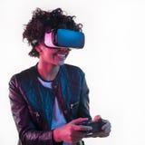 有VR盔甲的微笑的妇女和控制器 图库摄影