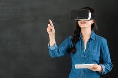 有VR耳机数字式片剂的亚洲学生触摸屏 图库摄影
