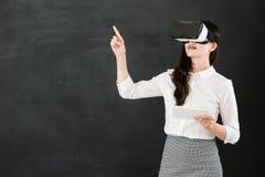 有VR耳机数字式片剂的亚洲老师触摸屏 免版税库存照片