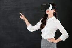 有VR耳机的亚洲妇女老师触摸屏 库存图片
