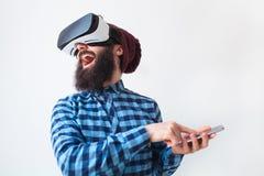 有VR耳机的快乐的人 免版税图库摄影