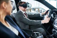 有VR耳机的测试的新的汽车 免版税库存图片